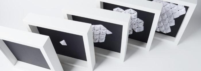 Papierobjekte mit typografischen Texten