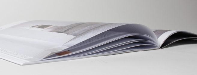 Regeln der Reduktion finden sich auch bei der Gestaltung des Magazins wieder. Weißräume, sowie eine homogene Bildauswahl spielen hierbei eine entscheidende Rolle.